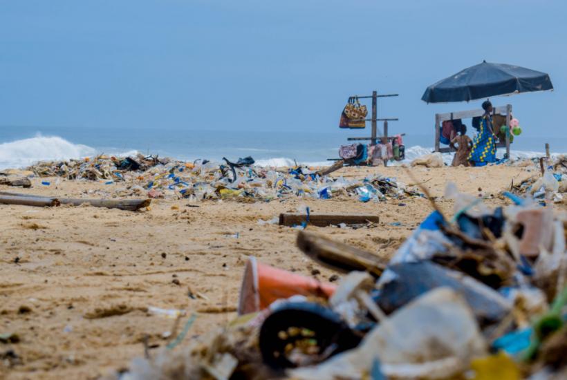 海洋プラスチックが環境を汚染する
